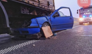 Niebezpiecznie na autostradzie A2. Volkswagen uderzył w naczepę ciężarówki